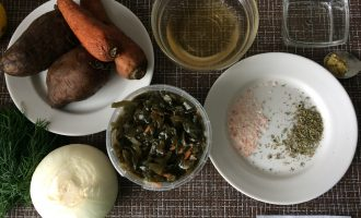 Шаг 1: Приготовьте необходимые ингредиенты. Заранее отварите картофель и морковь.