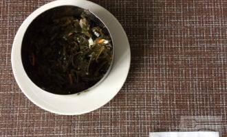 Шаг 3: Выложите морскую капусту в форме для слоеного салата первым слоем.