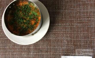 Шаг 6: Натрите морковь на тёрке. Мелко нарежьте укроп. На слой картофеля выложите слой моркови. Промажьте майонезом. Сверху посыпьте зеленью.