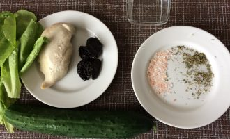 Шаг 1: Приготовьте ингредиенты. Заранее отварите куриное филе. Промойте листья салата и огурец. Промойте и замочите чернослив.