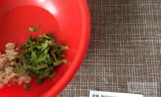 Шаг 3: Нарежьте листья салата.