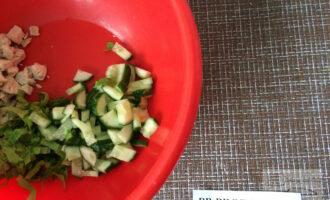 Шаг 4: Нарежьте огурец тонкими ломтиками.