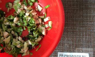 Шаг 6: Смешайте все ингредиенты в миске. Посолите по вкусу, сбрызните оливковым маслом, добавьте прованские травы.