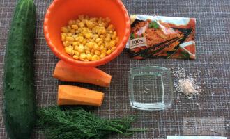 Шаг 1: Приготовьте ингредиенты, вымойте овощи и зелень. Очистите морковь. Слейте жидкость из банки с кукурузой.
