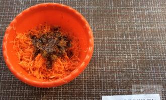 Шаг 2: Натрите морковь на мелкой тёрке. Смешайте с приправой по-корейски и оливковым маслом и оставьте на полчаса.