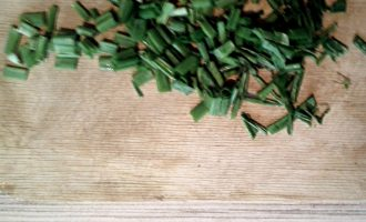 Шаг 4: Зеленый лук мелко порежьте.