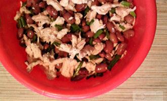 Шаг 5: Смешайте все ингредиенты, добавьте соль и перец по вкусу. Заправьте салат 1 ст.л. растительного масла. Подавайте к столу.