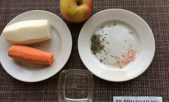 Шаг 1: Приготовьте ингредиенты. Промойте и очистите овощи. Помойте яблоко.