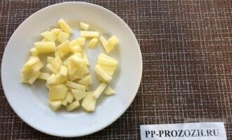 Шаг 3: Яблоко очистите от кожуры и нарежьте тонкими брусочками.