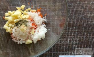 Шаг 4: Смешайте ингредиенты в миске, сбрызните оливковым маслом, добавьте прованские травы и посолите по вкусу.