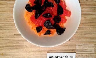 Шаг 4: Распаренный чернослив нарежьте пополам и добавьте в салат.