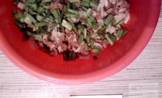 Шаг 4: Лук мелко порежьте, добавьте к остальным ингредиентам.