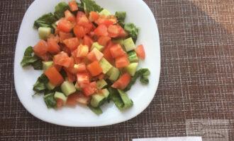 Шаг 4: Нарежьте листья салата. Помидор и огурец нарежьте крупными кубиками.