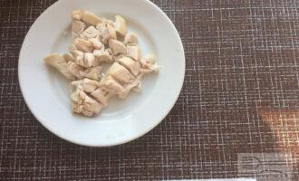 Шаг 3: Мелко нарежьте куриное филе.