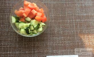 Шаг 4: Огурец и помидор нарубите кубиками.