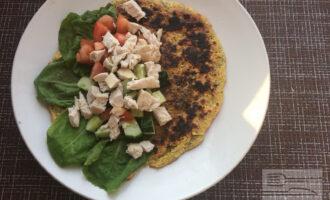 Шаг 7: Выложите на лепешку листья салата, овощи, затем куриное филе.
