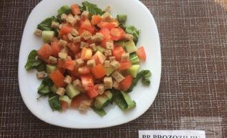Шаг 5: Посыпьте салат сухариками.
