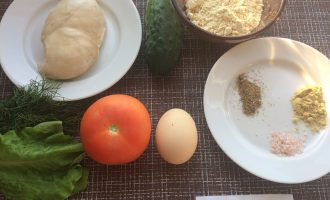 Шаг 1: Приготовьте ингредиенты. Заранее отварите куриное филе в подсоленной воде. Промойте овощи, зелень и яйцо.