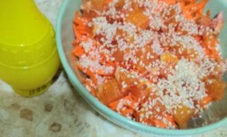Шаг 5: Добавьте кунжут, лимонный сок.