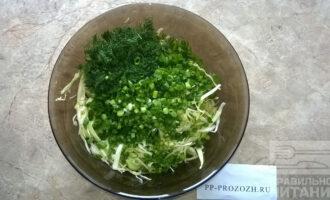 Шаг 4: Мелко нашинкуйте зелёный лук и укроп. Добавьте к уже нарезанным овощам.