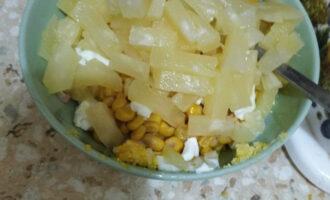 Шаг 5: Ананасы нарежьте на кусочки, или так же на полосочки, добавьте в салат.