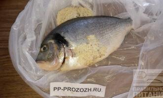 Шаг 3: А вот теперь начинается интересное. Этому трюку меня научила моя греческая свекровь. Насыпьте муку в полиэтиленовый пакет, положите туда рыбу и хорошенечко обваляйте рыбу в пакете.