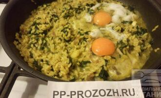 Шаг 6: И как вишенки на торте, в конце приготовления в сковороду разбиваются яйца. Кто сколько хочет. Посолите, поперчите, накройте крышкой и дождитесь пока приготовится.