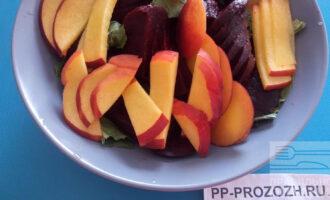 Шаг 4: Порежьте красивыми дольками нектарин и добавьте к салату.