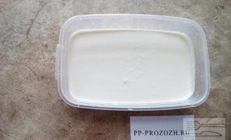 Шаг 5: Массу без какао залейте в прямоугольную форму и поставьте в холодильник на 30-40 минут. Массу с какао оставьте при комнатной температуре.