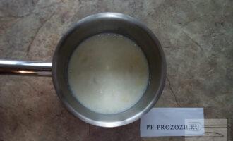Шаг 3: Насыпьте желатин в кастрюлю и залейте молоком. Оставьте до набухания желатина. Примерно 30-40 минут.