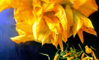 Шаг 2: Промойте цветы холодной водой. Использовать можно цветы кабачка мужские и женские, удалив при этом тычинки и все зеленые части.