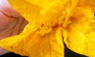 Шаг 6: В каждый цветок вложите примерно чайную ложку начинки.