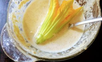 Шаг 7: Разогрейте сковороду и налейте чайную ложку оливкового масла. Каждый цветок окуните в кляр и на сковороду.