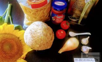 Шаг 1: Для приготовления данного блюда возьмите: пасту из твердых сортов пшеницы, помидор, томатную пасту, лук, чеснок, сельдерей, оливковое масло для жарки.