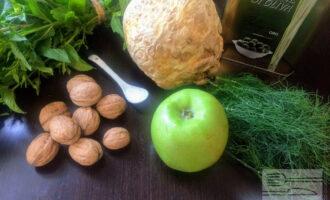 Шаг 1:  Для салата возьмите: корень сельдерея или листовой сельдерей, яблоко, пучок укропа, грецкие орехи и оливковое масло.