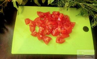 Шаг 6: Мелко порежьте помидоры и добавьте к остальным ингредиентам.