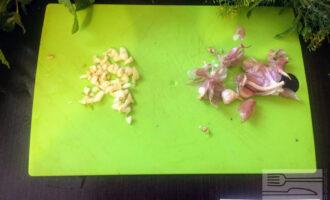 Шаг 9: Мелко порубите чеснок и зелень. Посыпьте готовую толму и накройте крышкой еще на 1-2 минуты.