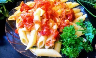 Шаг 8: Всыпьте готовую пасту в тушеный с томатом сельдерей и перемешайте.
