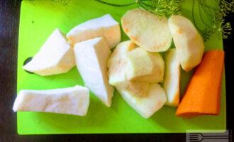 Шаг 2: Очистите от кожуры сельдерей, морковь и яблоко.