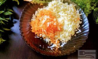Шаг 4: В глубокую тарелку выложите натертые на терке ингредиенты.