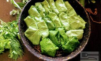 Шаг 7: Налейте на сковороду чайную ложку масла и уложите толму.