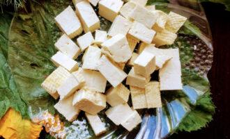 Шаг 2:  Тофу нарежьте кубиками.