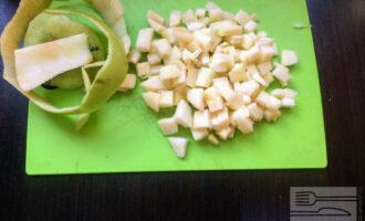 Шаг 2: Яблоко очистите от кожуры и нарежьте кубиками.