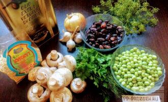 Шаг 1:  Для данного блюда возьмите: фасоль, горошек, шампиньоны, лук, чеснок, кунжут и оливковое масло.
