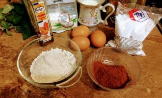 Шаг 1: Для приготовления десерта возьмите: овсяную муку, нежирный кефир, молоко минимальной жирности, яйца, какао-порошок, кокосовую стружку, крахмал, кленовый сироп.