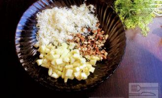 Шаг 5: В глубокую тарелку переложите ингредиенты, полейте оливковым маслом и аккуратно перемешайте.