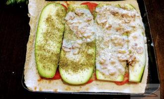 Шаг 5: Выложите на кабачки приготовленный слой грибов с соусом.