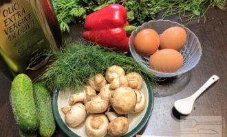 Шаг 1: Для приготовления салата возьмите: шампиньоны, яйца, огурец, болгарский перец, укроп, оливковое масло, соль.
