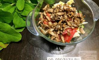 Шаг 5: Болгарский перец нарежьте соломкой и добавьте в тарелку. Обжаренные грибы остудите и добавьте к остальным ингредиентам.