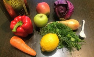 Шаг 1: Для приготовления салата возьмите: краснокочанную капусту, болгарский перец, яблоко, морковь, лук репчатый, лимон, оливковое масло, соль и зелень – по вкусу.